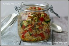 Dieser Salat ist perfekt geeignet, um ihn mitzunehmen für die Mittagspause! Die griechischen Nudeln Kritharaki, die wie Reis aussehen, sind so klein, dass sie sich herrlich mit dem Gemüse und dem O…