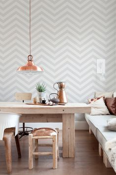 Are you ready to update your walls? Check out these chic geometric wallpaper trends for a modern finish that are sure to inspire. Striped Wallpaper Living Room, Living Room Grey, Geometric Wallpaper, Stripe Wallpaper, Grey Tone Wallpaper, Grey Wallpaper Dining Room, Herringbone Wallpaper, Wallpaper Patterns, Home Deco