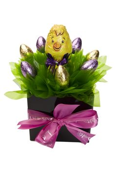 Chocolate Easter Gift Basket - Charlie the Chick Birthday Gift Baskets, Easter Gift Baskets, Easter Hampers, Chocolate Easter Bunny, Candy Crafts, Candy Bouquet, Chocolate Gifts, Easter Crafts For Kids, Christmas Tree Decorations