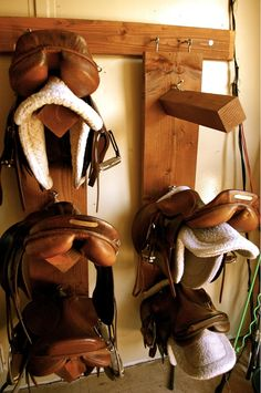 I love the smell of tack and tack rooms. Saddles are my fave! I miss horses so much! Dream Stables, Dream Barn, Horse Stables, Horse Farms, Paddock Trail, Tack Room Organization, Horse Tack Rooms, Hitching Post, Horse Gear