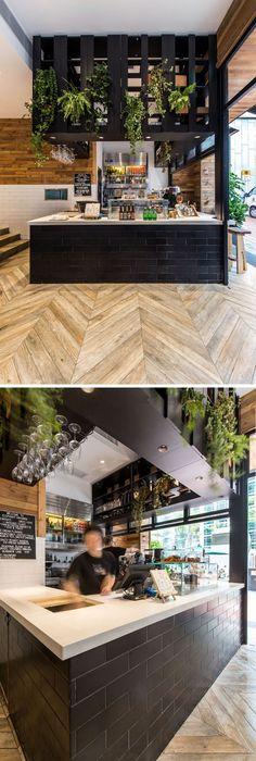 En el interior, los marcos de zona y de la ventana de servicio negro contrastan la madera y detalles en blanco utilizados en la cafetería.