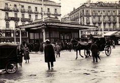 Antigua marquesina del Metro en la Puerta del Sol de Madrid. ¡Cómo ha ido cambiando! ¡Cuánto ha desaparecido!