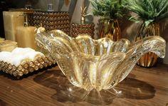 Uma jóia no lavabo! Nesta cuba de murano, o que reluz é pó de ouro. Sim! Uma peça feita para brilhar no seu lavabo. Não é um luxo?#produtomaison #cuba #lavabo#murano #podeouro #maisondubanho #ndvale