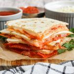 Pizza Flavors, Pizza Recipes, Snack Recipes, How To Make Quesadillas, How To Make Pizza, Quick Easy Desserts, Easy Snacks, Pizza Quesadilla, 5 Minute Meals