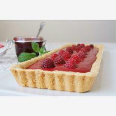 Я выбрала совершенно невероятный и по вкусу, и по текстуре малиновый тарт. Смотрите сами. Оригинал рецепта взят и переведен с блога Tutti dolci . Ингредиен...