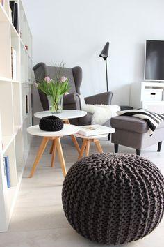 Zu einer Leseecke gehören nicht nur ein bequemer Sessel und ein Bücherregal. Du solltest vor allem auch für gutes Licht sorgen und ein Beistelltisch erweißt sich als sehr praktisch, wenn Du eine Tasse Tee (zum Beispiel) abstellen möchtest.