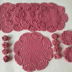 Sousplat de crochê :Jogo para chá Crochet Lace, Crochet Earrings, Bunny, Table Decorations, Diy And Crafts, Crochet Blocks, Molde, Crochet Ornaments, Runners
