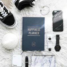 Onko teillä tälle vuodelle hyvinvointiin liittyviä tavoitteita? 🌟  Mun listalla on ainakin nämä asiat:   1. Juon enemmän vettä   2. Liikun enemmän ulkona   3. Yritän kirjoittaa journalia niin usein kuin mahdollista 🌟 .  .  .    #hyvinvointi #terveys #uusivuosi #vuosi2018 #tavoite #tavoitteet #positiivisuuskalenteri #journal #positiivisuus #happiness #happinessplanner #kiitollisuusjournal #kiitollisuus 📸: The Happiness Planner