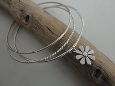 Sterling silver bangles bracelet with a flower by lanuevapulseria