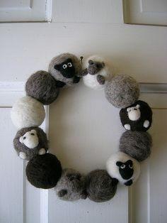 Schaapjes krans. Kan ook met bolletjes wol en daar schapekopjes op naaien.