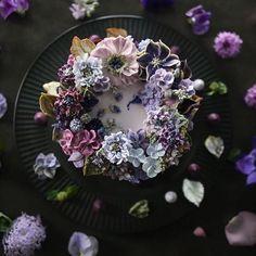 ㅡ 비오는날. ☂️ Violet. S o o  party cake design. Soocake  ㅡ  #flower #cake #flowercake #partycake #birthday #weddingcake #buttercreamcake #buttercream #designcake #soocake #플라워케익 #수케이크 #꽃스타그램 #버터크림플라워케이크 #베이킹클래스 #플라워케익클래스 #생일케익 #수케이크  www.soocake.com vkscl_energy@naver.com