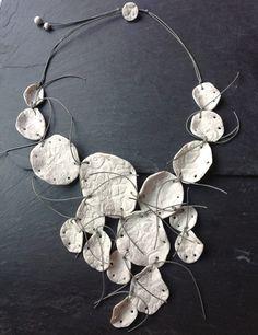 BÉATRICE BALIVET-FR 2013 · Porcelaine dentelle tout de gris nouée
