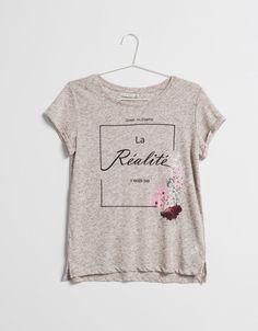 T-shirt BSK detalhe bolso texto estampado. Descubra esta e muitas outras roupas…
