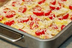 Krämig tortellinigratäng med salami, lök och tomater