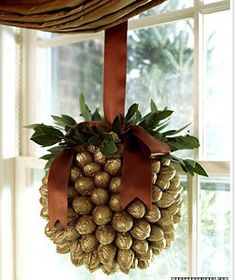 walnut ball christmas diy crafts - would be cute with bells instead of walnuts too Noel Christmas, All Things Christmas, Winter Christmas, Christmas Wreaths, Christmas Decorations, Christmas Ornaments, Gold Decorations, Homemade Christmas, Christmas Christmas