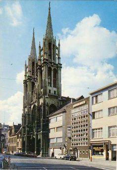 """Antwerpen, Mechelseplein, de Sint Joriskerk (1853-1871). Rechts de woning """"J. Tackx"""" (1937) ontwerp Walter Van den Broeck, waar ondertussen een restaurant gevestigd is, foto jaren 1970-1980."""
