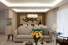 A reforma trouxe mais conforto ao apartamento paulistano e criou ambientes regidos pela beleza dos materiais naturais. Projeto de Cristina Barbara.