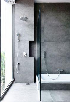 Schlichtes Grau, gewaltige Wirkung! Tolles Badezimmer mit Regendusche #bathroom #interior #design