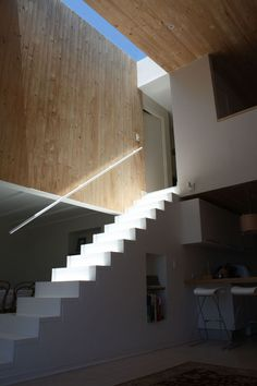 REPINNED FROM LEAH BAUCH, macuer house in zapallar by ruiz solar - I agree with Leah in that the sky light is very successful in creating a clear division between the mid lvl and upstairs (besides just the stairs themselves). This contrast gives a sense that relaxation and calming await above.