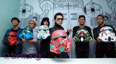 Mewakili Indonesia, salah satu grup band bernama Nidji dipilih untuk mengkampanyekan lomba desain Star Wars Stormtrooper helm di Disney Channel dan Disney XD Asia Tenggara. Terpilihnya Nidji bukan tanpa alasan. Sejak dahulu para persnonil grup band itu memang sudah menyukai film Star Wars. #Nidji #StarWars #Stormtrooper #Bintang #Indonesia