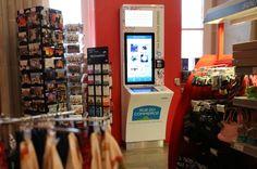 Rue du Commerce teste le Phygital Commerce dans les boutiques Relay de 6 gares (vidéo) Rue Du Commerce, Base Mobile, Home Network, Client, Digital Signage, Mobile Marketing, Digital Media, Landline Phone, Boutiques