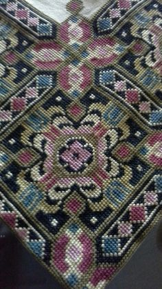 Καρέ σταυροβελονια Cross Stitch Flowers, Cross Stitch Patterns, Needlepoint, Bohemian Rug, Needlework, Embroidery, Crochet, Inspiration, Rugs