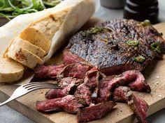 Grillad chiliglacerad flankstek med äppelsallad och aromsmör   Recept från Köket.se Bbq Steak, Aioli, Steaks, Grilling Recipes, Champagne, Pork, Beef, Foods, Drinks