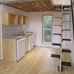 Опасной лестницей можно назвать и данную конструкцию, без поручня и широких ступеней