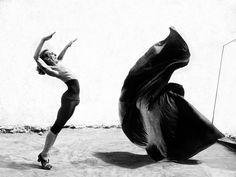 Le flamenco est entré dans ma vie alors que je n'étais qu'un enfant vivant enColombie. J'entendais des contes mythiques à propos des gitanos, qui pendant des siècles ont erré sur les plaines inondées de soleil du sud de l'Espagne. Entendre parler de leurs chants et de leurs danses qui ressemblent à des moments de transe m'ont tellement inspiré qu'au fil des ans, et sans jamais voir un spectacle de flamenco, j'ai créé ma propre version de ce à quoi ces créatures enchanteresses pouvaient…