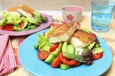 Der Feta aus der Pfanne macht den Salat zu einer sättigenden Mahlzeit... 2 Portionen 300 g Feta 9% Fett in 4 Stücke geschnitten (oder 45% Fett, hat dann pro Portion 171 Kalorien mehr, bei geringerem Eiweißanteil und wesentlich höherem Fettanteil) 1 kleines Ei verquirlt und mit Salz und Pfeffer gewürzt 25 g