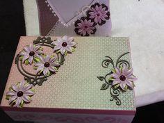 CX de MDF com papel de Scrap coleção Lili Negrão .E flores decorativas Lili Negrão .
