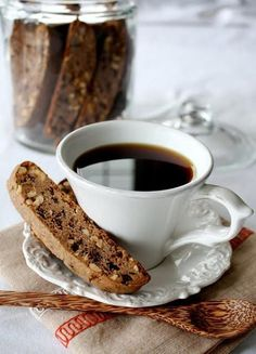 BISCOTTI (RECIPE): Perfect - it has hazelnuts in it and the dough recipe has plenty of Nutella (plus there's chocolate chips thrown in for good measure)! Desserts Nutella, Mini Desserts, Tea Cakes, Coffee Break, Morning Coffee, Morning Breakfast, Biscotti Rezept, Chocolate Cafe, Chocolate Chips