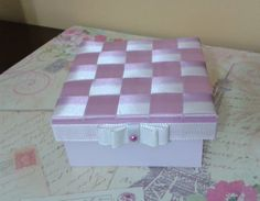 Caixa com Fita Trançada - Artesanato na Rede Diy Crafts For Girls, Cigar Boxes, Painting On Wood, Mini Albums, Mattress, Embellishments, Decorative Boxes, Creative, Inspiration
