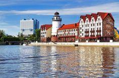 Калининград - самый западный город нашей страны, не имеющий границ с другими регионами. Изолированность делает его похожим на остров и накладывает отпечаток на архитектуру, менталитет жителей, их традиции. Из-за обилия ископаемой смолы на берегах Балтики город называют Янтарной столицей России.