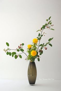 L'art floral japonais Ikebana, Thai Thomas Mai Van l'a dans la peau. Ses créations florales s'appuient sur l'évolution de cet art depuis 6 siècles. Chacune est l'occasion de revisiter l'histoire de l'orient et de l'occident, de faire un voyage philosophique sur l'origine et la beauté de la vie. Artisan d'art, designer et enseignant, chaque composition de Thai pourrait donner lieu à une conférence tant les symboles et la philosophie sont présents. Les règles et mystères de la nature…