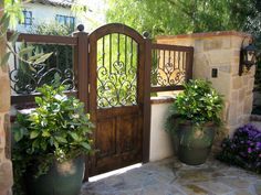 Gate idea and love the pots beside it Backyard Gates, Garden Gates And Fencing, Garden Doors, Backyard Patio Designs, Backyard Landscaping, Front Courtyard, Courtyard Ideas, Casa Retro, Side Gates