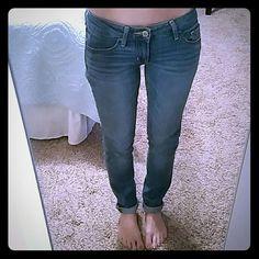 HOLLISTER SZ 0 LIGHT WASH SKINNY JEANS EUC Hollister light wash, low rise, stretch, skinny jeans.  Size 0 (24) Hollister Jeans Skinny