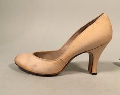Classic pair of 1940s / 1950s babydoll pumps with round toe and sturdy heel…