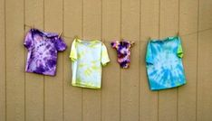 This quick and easy Sharpie tie dye tutorial will show you how to tie dye a shirt with Sharpie markers. (Mock tie dye) Such a fun activity to make with kids! Sharpie Tie Dye, Sharpie Markers, Sharpie Shirts, Sharpie Plates, Summer Crafts For Kids, Summer Kids, Tie Dye Shirts, Dye T Shirt, Tie Dye Cakes