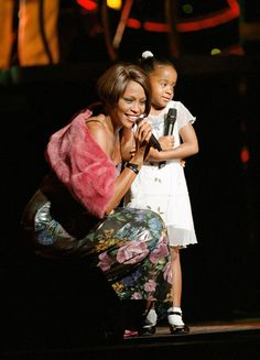 Pin for Later: Remember Whitney Houston With a Look at Her Life in Pictures Whitney brought her daughter Bobbi Kristina Brown onstage during a 1999 concert in NYC. Beverly Hills, American Music Awards, Billboard Music Awards, Whitney Houston Pictures, Bobbi Kristina Brown, I Look To You, Star Wars, Hollywood Life, Beautiful Voice