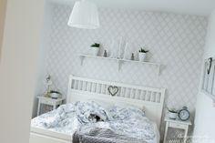 sängkappa - knorkan klocka - tell me more keramik kruka - blå vit textil - ikea påslakan - ikea hemnes - lantligt sovrum - obäddad säng - 2