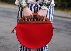 Round felt bag Red Long Crossover Strap Gift for Woman Bags and Purses Wooden Handle Bag Ladies Handbag Minimalistic Bag Shoulder Felt Bag de MooStudio en Etsy https://www.etsy.com/es/listing/172172938/round-felt-bag-red-long-crossover-strap