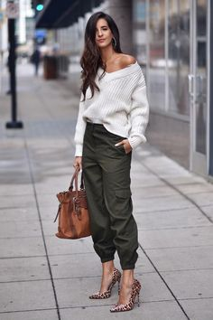 Love this trendy casual outfit for fall. Böhmisches Outfit, Joggers Outfit, Army Pants Outfit, Outfit Look, Mode Outfits, Stylish Outfits, Fall Outfits, Fashion Outfits, Fashion Pants