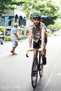 De bike, boné, camisa estampada e muita tattoo!