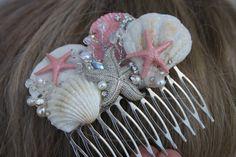 Elegante coral e iridiscente estrellas de mar y concha nupcial peine es perfecto para una boda con temática de playa. Este peine hermoso tiene aerosoles de cristal y perlas a lo largo de la pieza. Se puede usar en un peinado o en el lado del pelo. Seashell Jewelry, Seashell Art, Seashell Crafts, Sea Glass Jewelry, Starfish, Sea Glass Crafts, Sea Crafts, Mermaid Crafts, Mermaid Diy