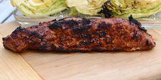 Lækker opskrift på grillet svinemørbrad med en suveræn barbecuemarinade, som karamelliserer og smager fantastisk efter en tur på grillen.