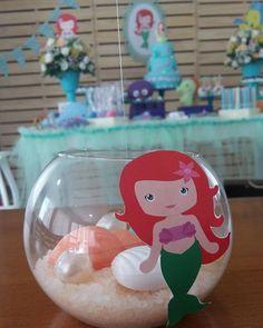 Centro de Mesa Pequena Sereia Alice, Baby Decor, Ideas Para, Snow Globes, Mermaid, Baby Shower, Mermaid Birthday, Fish Tank Table, Mermaid Parties