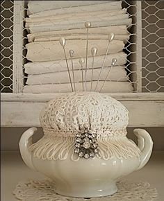 3 Most Simple Tips and Tricks: Shabby Chic House Islands shabby chic pattern etsy.Shabby Chic Bedding For Sale shabby chic table window frames.Shabby Chic Cottage Home Tours. Doilies Crafts, Fabric Crafts, Sewing Crafts, Sewing Projects, Craft Projects, Craft Ideas, Decoration Shabby, Shabby Chic Decor, Linens And Lace