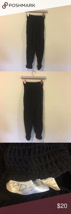 RD Style black flowy pants Comfy black elastic waist pants! From the A Lo Profile blog. No trades. RD Style Pants Track Pants & Joggers