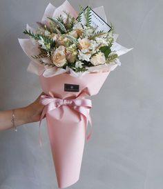 Flower Bouquet Boxes, Boquette Flowers, Bouquet Wrap, How To Wrap Flowers, Hand Bouquet, Holding Flowers, Floral Bouquets, Fresh Flowers, Planting Flowers